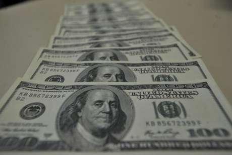 Em janeiro deste ano, o País também registrou entrada de investimento em ações negociadas em bolsas de valores no Brasil e no exterior e em fundos de investimento, no total de US$ 962 milhões.
