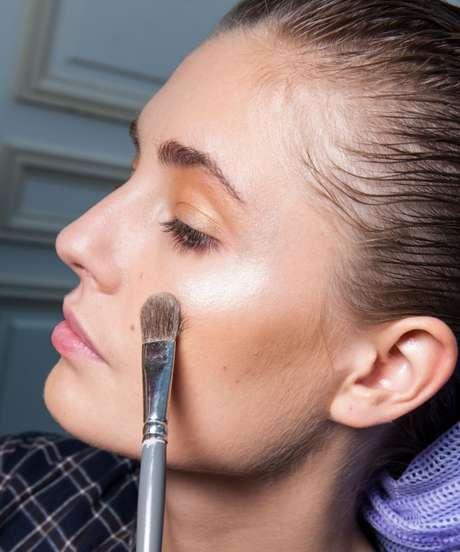 Quando iluminados, os pontos do rosto ganham projeção por refletirem a luz