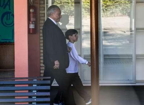 Temer muda rotina de escola ao buscar filho no 1º dia de aula