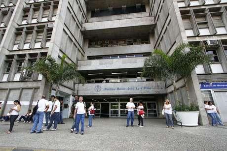 A universidade ofereceu estadia provisória aos atingidos pelo incêndio. A ala afetada abrigava 165 estudantes.