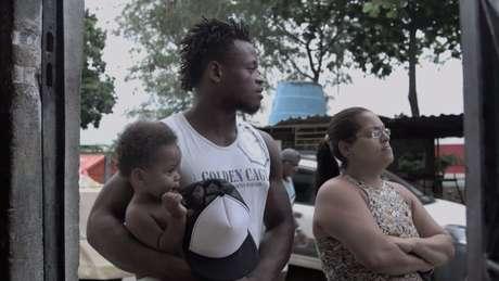 No país há três anos, Popole Misenga vive com o filho na favela Cinco Bocas