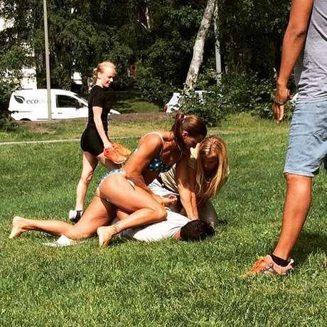 Policía en bikini somete a ladrón en Suecia