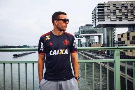 Podolski com a camisa do Flamengo (Divulgação)