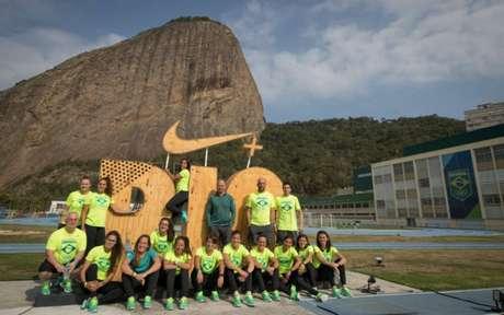 Jogadoras e integrantes da comissão técnica do rúgbi seven posam no Centro de Treinamento da Urca (Foto: Jonne Roriz/Exemplus/COB)