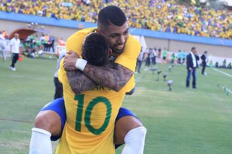 Gabigol comemora com Neymar o gol que marcou no amistoso contra o Japão, em Goiânia