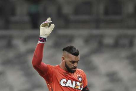 Com pressa, CBF recorre a goleiro que estava no Brasil e com ritmo de jogo. Jogador se apresenta em Brasília, onde equipe estreará na Olimpíada, quinta, diante da África do Sul