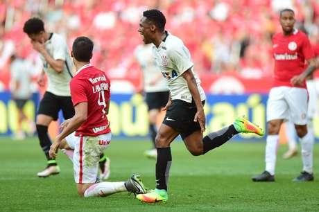 Elias comemora o gol que marcou e garantiu a vitória de 1 a 0 do Corinthians sobre o Inter, em Porto Alegre (RS)