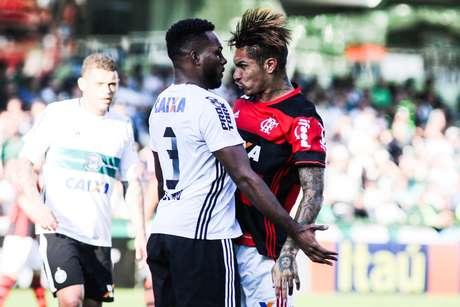 Guerrero, autor do gol da vitória do Flamengo sobre o Coritiba, se desentende com Luccas Claro