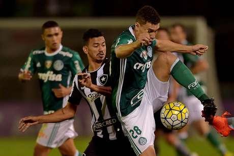 Moisés domina a bola, mas sofre com a marcação do Botafogo, que foi eficiente e barrou durante quase toda a partida o rival paulista