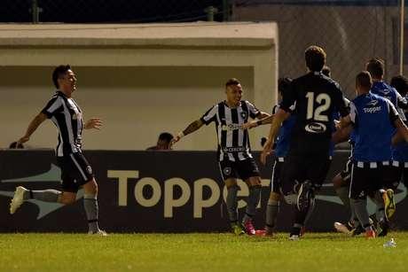 Neílton comemora com seus colegas o golaço que marcou no jogo contra o Palmeiras