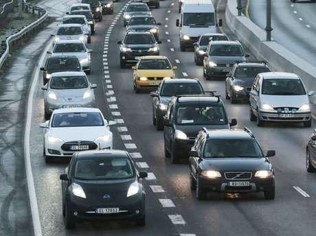 En esta imagen de archivo, tomada el 26 de noviembre de 2014, autos eléctricos hacen cola en el carril para autobuses (izquierda), en una calle principal de Oslo, en Noruega.