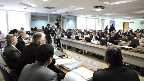 Presidente afastada quer convencer senadores a votar contra cassação com proposta de plebiscito