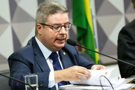 O relator, Antonio Anastasia, lê seu parecer, favorável ao afastamento de Dilma