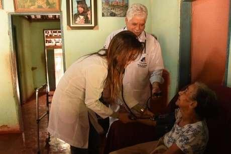 Atendimento de paciente por profissionais do Mais Médicos.
