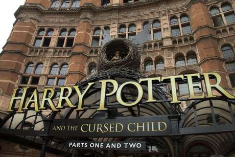 """En esta foto del 30 de julio del 2016, el Palace Theatre en el centro de Londres, donde se presenta """"Harry Potter and the Cursed Child"""". El texto de la obra teatral vendió más de dos millones de ejemplares en dos días en Estados Unidos, anunció Scholastic el miércoles 3 de agosto."""
