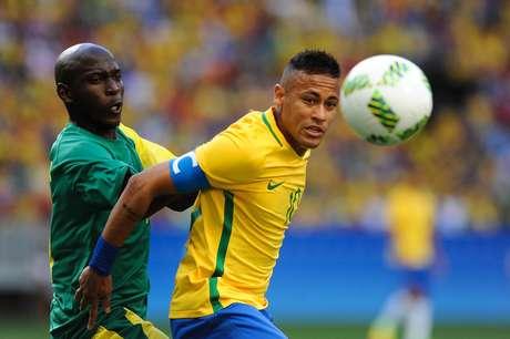 Neymar é marcado por Aubrey Modiba