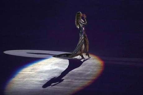 Gisele Bündchen desfila no Maracanã