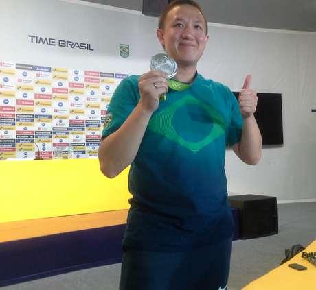 No espaço do Time Brasil, na Barra, Felipe Wu exibe com orgulho a medalha de prata conquistada no tiro esportivo