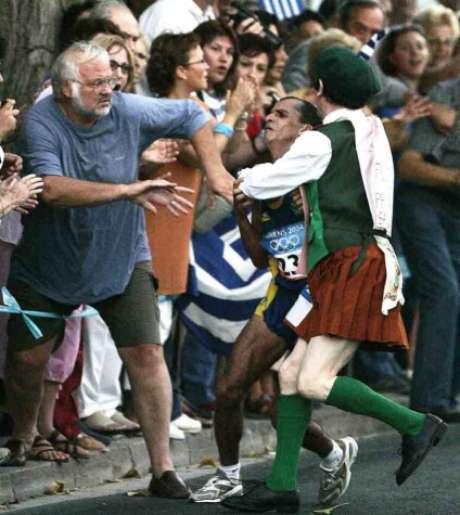 Vanderlei Cordeiro de Lima foi agarrado pelo padre irlandês em 2004 (Foto: Ruben Sprich)