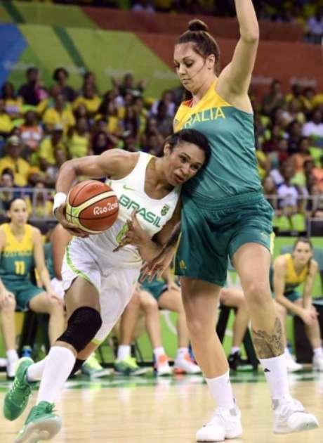 Iziane foi a cestinha da partida de estreia do Brasil com 25 pontos (Foto: JAVIER SORIANO/AFP)
