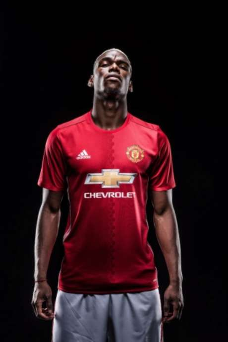 Que marra é essa? Pogba posa com a camisa do Manchester United (Divulgação)