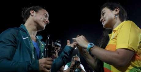 Marjorie aproveitou o momento e pediu Isadora em casamento em plena arena olímpica (Foto:Reprodução Twitter)