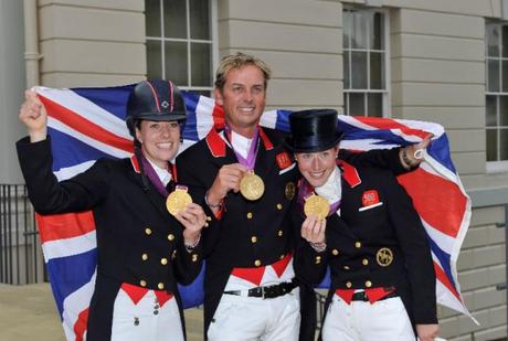A equipe da Grã-Bretanha ganhadora da medalha de ouro em Adestramento nas Olimpíadas de Londres 2012