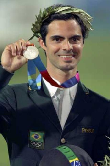 Rodrigo Pessoa recebeu a medalha de ouro  em Salto individual nas Olimpíadas de  Atenas, em 2004
