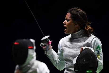Brasileira contesta decisão dos árbitros durante o confronto na Arena Carioca 3 (Foto: AFP/KIRILL KUDRYAVTSEV)
