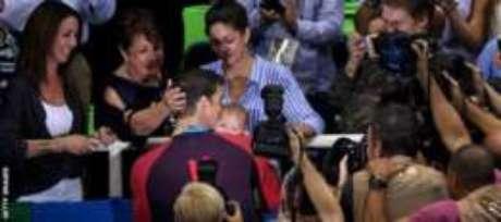 Nicole e o filho de três meses, Boomer, ficam nas arquibancadas no Rio para assistir a cada prova de Phelps