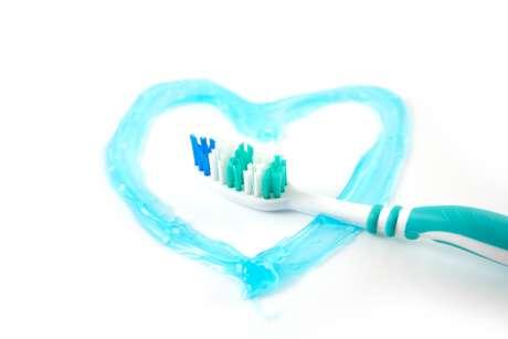 Após uma higienização bucal bem feita, a escova deve ser bem lavada em água corrente para retirar os resíduos de comida e creme dental