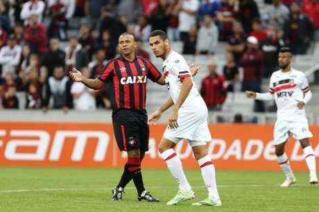 Zagueiro não participou das atividades desta quarta-feira com o restante do grupo (Geraldo Bubniak /AGB/Lancepress!)