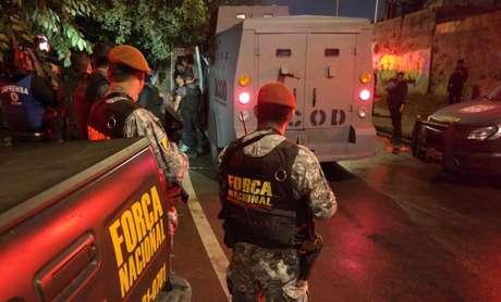 Soldados do Exército mantêm o controle do acesso à comunidade Vila do João, onde três militares da Força Nacional foram feridos anteontem (10) à tarde.