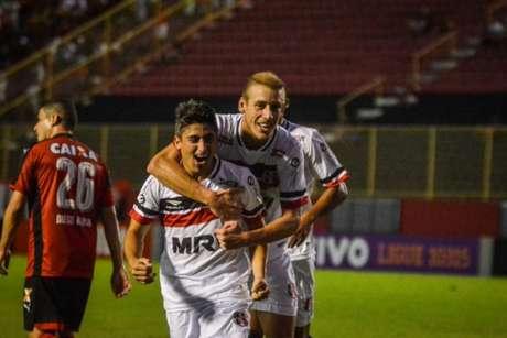 Pisano comemora seu primeiro gol com a camisa do Santa Cruz (Foto: Divulgação/Site Oficial do Santa Cruz)