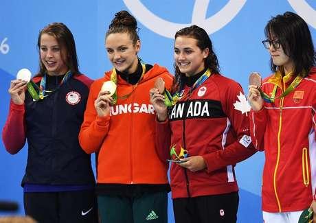 Fu Yuanhui (à direita) conseguiu a medalha de bronze nos 100 m costas, que dividiu com Kylie Masse, do Canadá