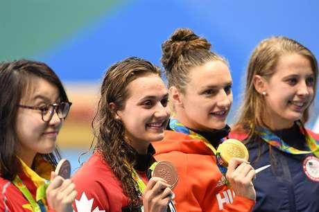 Fu Yuanhui (à esquerda) conseguiu a medalha de bronze nos 100 m costas, que dividiu com Kylie Masse, do Canadá