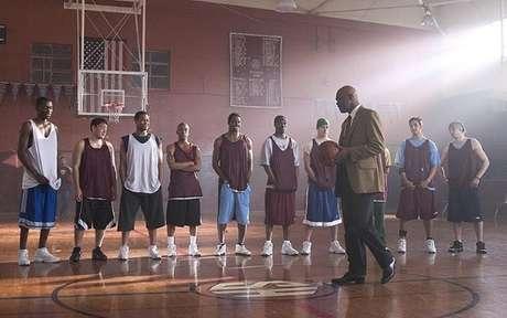 Ken Carter é o dono de uma loja de artigos esportivos que aceita ser o técnico de basquete de sua antiga escola