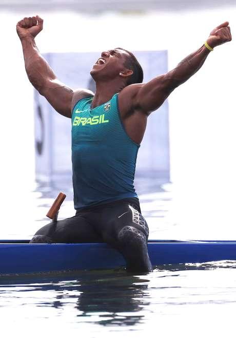 O canoísta brasileiro Isaquias Queiroz comemora a conquista da medalha de prata