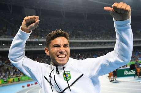 Thiago Braz recebeu o ouro pela vitória no salto com vara nesta terça-feira FRANCK FIFE / AFP