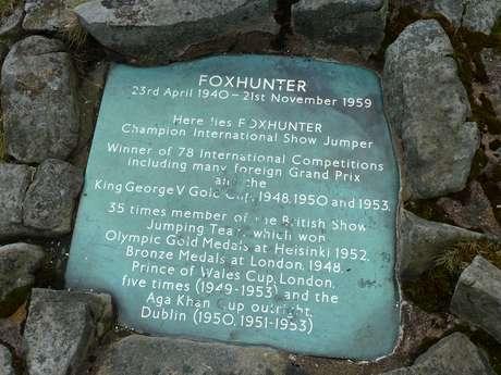 Placa do túmulo onde Foxhunter foi enterrado lista conquistas do cavalo