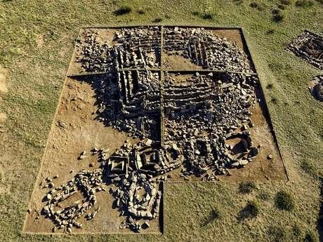 Mausoléu em forma de pirâmide na região de Qaraghandy, no centro do Cazaquistão