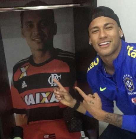 Neymar com foto de Alan Patrick no vestiário do Ninho (Foto: Divulgação)
