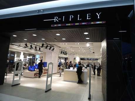 Guardias y vendedores de tienda Ripley golpean e insultan a pareja lésbica