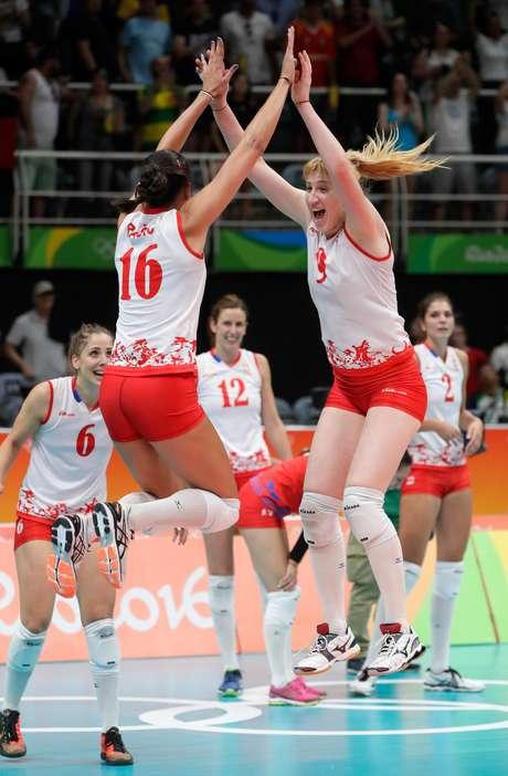 Jogadoras da Sérvia comemoram a vitória, no tie-brake, sobre os EUA e o avanço para a disputa da medalha de ouro no vôlei feminino na Rio 2016