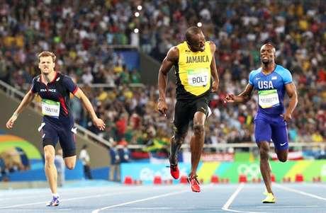 Bolt cruza a linha de chegada