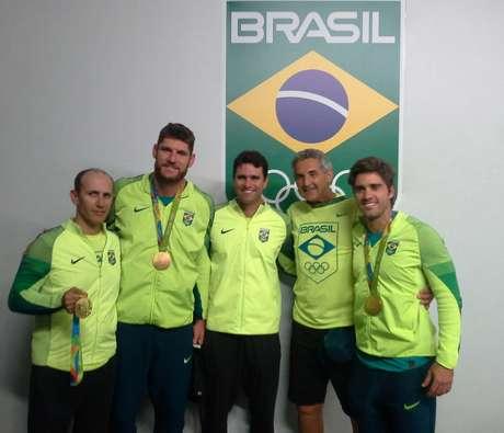 Alison (o mais alto) e Bruno com a comissão técnica do vôlei de praia, ouro nos Jogos do Rio