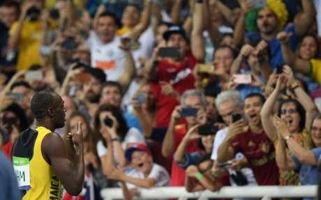 Bolt comemora com a torcida a vitória no revezamento 4 x 100 m, que lhe deu sua nona medalha de ouro olímpica na história dos Jogos (Foto: JOHANNES EISELE / AFP)