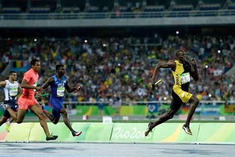 Bolt arranca para a vitória após receber o bastão