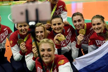 Atletas russas tiram selfie exibindo suas medalhas de ouro após a final do handebol feminino, na Rio 2016