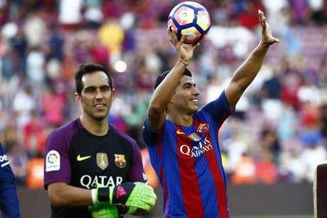 Autor de três gol nas goleada do Barça na estreia no Espanhol, o atacante Suárez levou a bola do jogo para casa